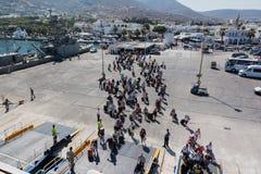 帕罗斯岛,希腊- 2016年9月17日:乘客和汽车开始船在帕罗斯岛港在希腊 免版税库存图片