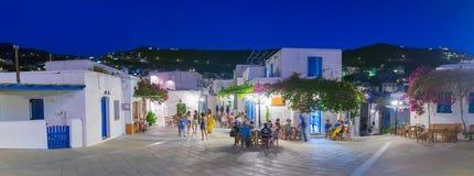 帕罗斯岛,希腊2016年8月02日 享受他们的暑假的人们在Lefkes村庄在帕罗斯岛海岛在希腊 免版税库存照片