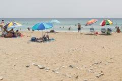 帕罗斯岛,希腊2015年8月08日 在帕罗斯岛海岛的Lolantonis海滩在希腊 库存照片