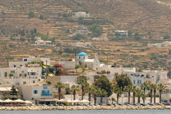 帕罗斯岛,希腊2015年8月10日 在帕罗斯岛海岛风景的Paroikia 一个美丽的旅游目的地 免版税图库摄影
