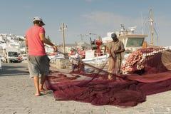 帕罗斯岛,希腊2015年8月15日 他们的早晨定期工作的渔夫在帕罗斯岛海岛在希腊 免版税库存图片