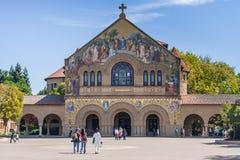 帕洛阿尔托, CA/USA -大约2011年6月:史丹福大学校园主要方形字体的纪念教会在帕洛阿尔托,加利福尼亚 免版税库存照片
