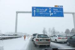 帕绍,奥地利- 2017年1月01日:站立在交通的汽车  免版税库存图片