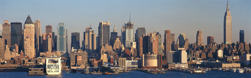 帝国大厦和曼哈顿全景,与哈得逊河的NY地平线和港口,从Weehawken, NJ的射击 免版税库存图片