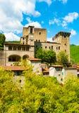 帝堡城della Verrucola垂直的看法在菲维扎诺 免版税库存图片