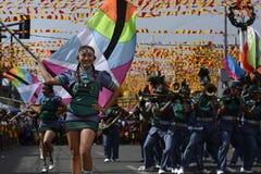 带军乐队女队长在每年军乐队陈列时执行在街道上的沙文主义情绪的跳舞技能 免版税库存图片