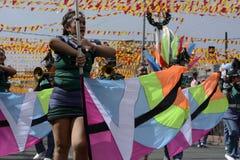 带军乐队女队长在每年军乐队陈列时执行在街道上的沙文主义情绪的跳舞技能 图库摄影