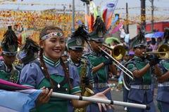 带军乐队女队长在每年军乐队陈列时执行在街道上的沙文主义情绪的跳舞技能 库存照片