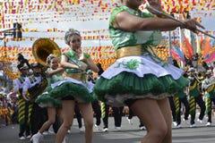 带军乐队女队长在每年军乐队陈列时执行在街道上的沙文主义情绪的跳舞技能 库存图片