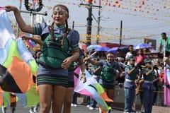 带军乐队女队长在每年军乐队陈列时执行在街道上的沙文主义情绪的跳舞技能 免版税库存照片