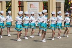 带军乐队女队长执行在城市公园的各种各样的跳舞技能 库存照片