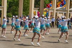 带军乐队女队长执行在城市公园的各种各样的跳舞技能 免版税库存照片