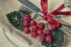带来与减速火箭的葡萄酒的新年餐桌餐位餐具和在红色的古色古香的银器 免版税库存图片