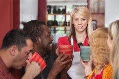 带来咖啡杯的乘务员 免版税库存照片
