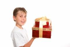带来圣诞节礼品 免版税库存图片