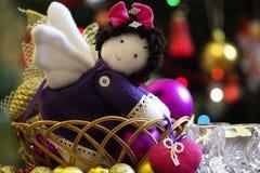 带来心脏的一个自然棉花软的玩具天使,平安的ha 免版税图库摄影