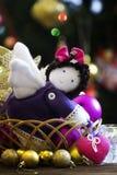 带来心脏的一个自然棉花软的玩具天使,平安的ha 库存照片