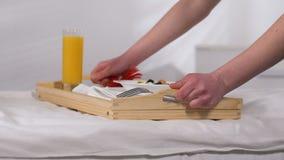 带来有早餐的女服务生盘子在酒店房间,好服务,五个星 影视素材