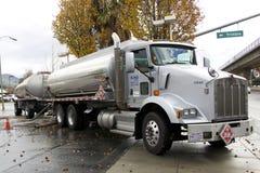 带来燃料的美国罐车给加油站 免版税库存照片
