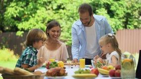 带来的父亲运送了比萨到饥饿的家庭,嗅到芬芳食物 股票视频