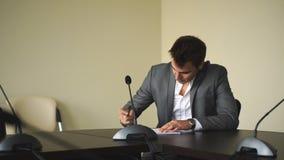 带来署名的典雅的秘书有些文件给她的上司 影视素材