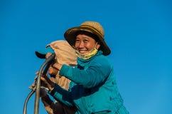 带来鱼捕获的妇女在会安市,越南附近 免版税库存图片