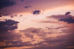 带淡红色的日落天空背景 免版税库存图片