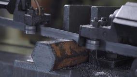 带由自动进刀,高性能切割机看见了切割工具铁棍,切开铁棍 股票录像