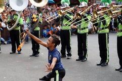 带男性军乐队女队长在每年军乐队陈列时执行各种各样的技能 免版税库存图片
