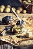 带皮烤的土豆特写镜头用黄油 免版税库存照片