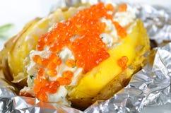 带皮烤的马铃薯用鱼子酱 免版税库存照片