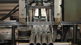 带看见了机床切削未加工的金属棒与蓄冷剂流体 工业锯床切开 股票视频