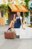 带着一个减速火箭的手提箱的妇女 免版税库存图片