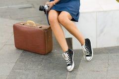 带着一个减速火箭的手提箱的妇女 免版税图库摄影