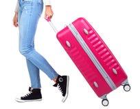 带着一个桃红色手提箱的女孩旅客 背景查出的白色 库存图片