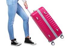 带着一个桃红色手提箱的女孩旅客 背景查出的白色 免版税图库摄影