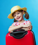 带着一个红色手提箱的小女孩 免版税库存照片
