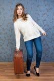 带着一个老棕色手提箱的女孩 图库摄影
