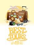带着两个大手提箱,太阳镜、帽子、指南针和照相机的最佳的游览设计观念,反对夏天海滩胜地在背景 图库摄影