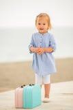 带着两只小提箱的可爱的小女孩 免版税库存照片