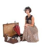 带着伞和老手提箱的美丽的女孩 免版税库存图片