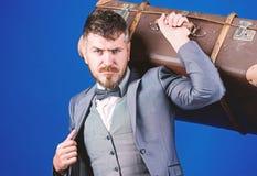 带着减速火箭的手提箱的出差 有葡萄酒袋子的时髦的美学家 t 重的袋子 ?? 图库摄影