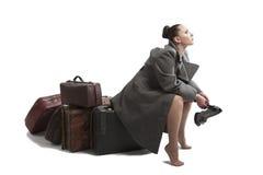 带着减速火箭的手提箱的妇女 免版税库存照片