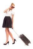 带着回顾黑的手提箱的女实业家。 库存照片