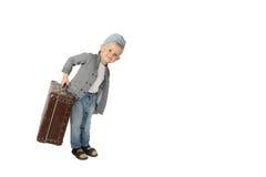 带着大葡萄酒手提箱的逗人喜爱的小男孩在手中 免版税库存照片