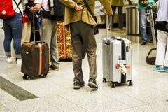 带着大银色手提箱的人在俄罗斯,莫斯科,机场伏努科沃, 2017年6月的机场 模糊的 免版税库存照片