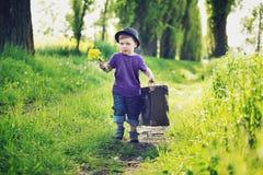 带着巨大的手提箱的小绅士 图库摄影