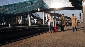 带着手提箱的三名妇女在火车站和谈的平台去 股票视频