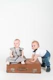 带着手提箱的二个婴孩 图库摄影