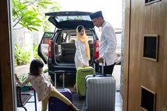 带着手提箱的亚洲回教家庭 库存照片